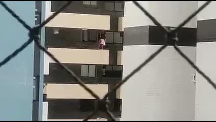 Mulher se arrisca ao limpar janela e coloca o corpo todo para fora em prédio na Ponta Verde