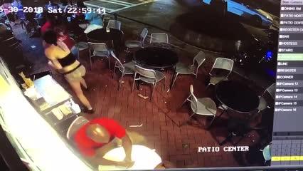 Cliente apalpa garçonete em restaurante e recebe troco