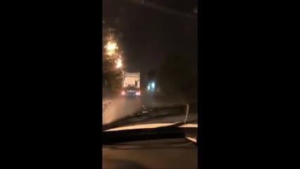 Motorista perde controle de caminho e invade ciclofaixa próximo à Ufal