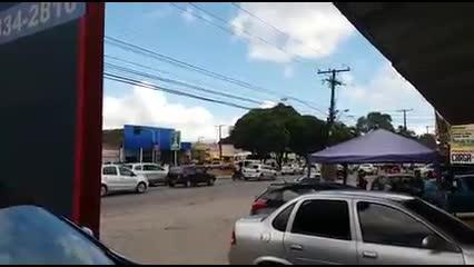 Motoristas trafegam no que seria contramão e calçada na Durval de Goes Monteiro