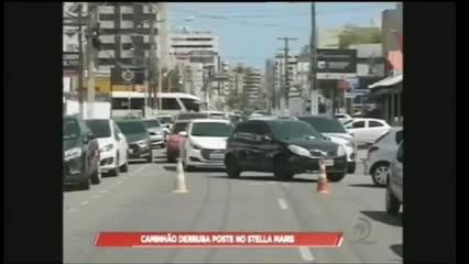 Um caminhão atingiu poste no Stella Maris