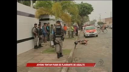 Dois jovens suspeitos de assalto ficam feridos após tentativa de fuga