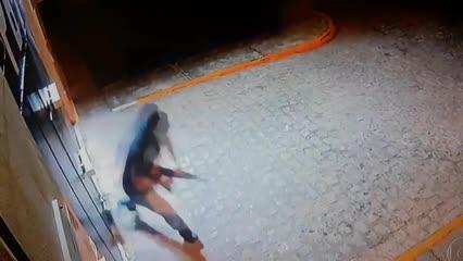 Vídeo mostra momento em que portão de penitenciária da Paraíba é explodido