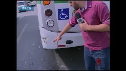 Mototaxista bateu na traseira de um ônibus