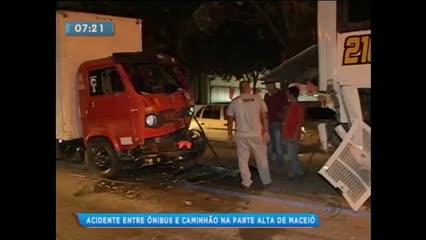 Acidente envolvendo ônibus e caminhão na Avenida Durval de Góes Monteiro