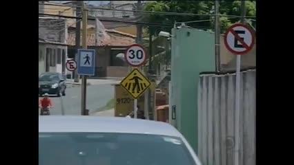 Placas de sinalização de ruas estão sendo destruídas