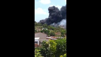 Incêndio em vegetação assusta moradores da Serraria nesta tarde
