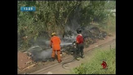 Fogo atingiu vegetação no bairro do Antares