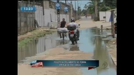 Esgoto a céu aberto se forma em rua de Rio Largo
