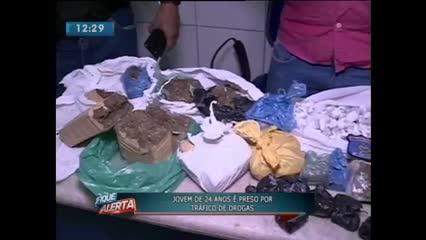 Jovem de 24 anos foi preso acusado de tráfico de drogas no Tabuleiro Novo