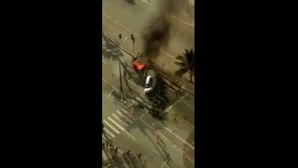 Carro pega fogo após acidente; Bombeiros são acionados