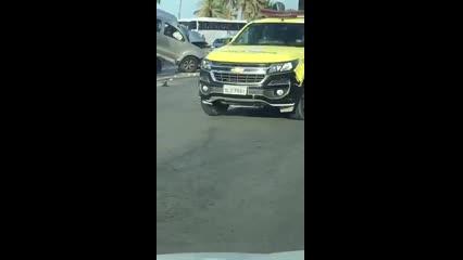 Hilux em alta velocidade atinge veículos parados em sinal vermelho
