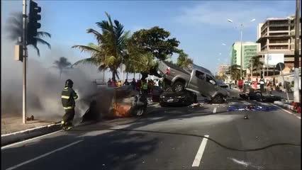 Carro incendia após Hilux atropelar veículos parados em sinal vermelho; um morreu