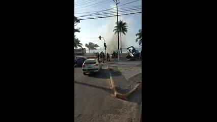 Testemunha registra momento em que motorista é retirado de carro em chamas após acidente na Avenida