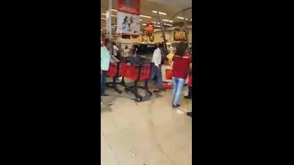 Carro invade supermercado na Avenida Fernandes Lima, em Maceió