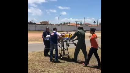 Homem fica gravimente ferido após descarga elétrica e queda de andaime