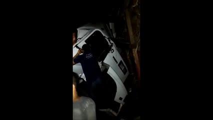 Motorista fica preso às ferragens depois de carreta colidir com caminhão de cana na BR-316