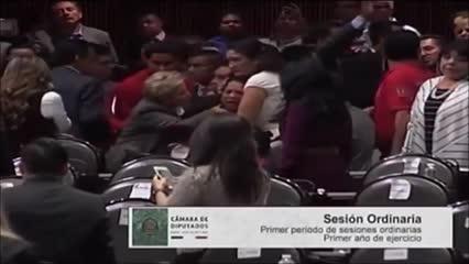Parlamentar mexicana entra em pânico ao saber da morte da filha
