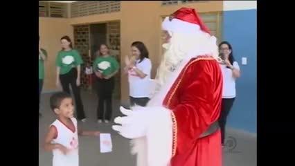 Crianças de creche recebem a visita do Papai Noel dos Correios