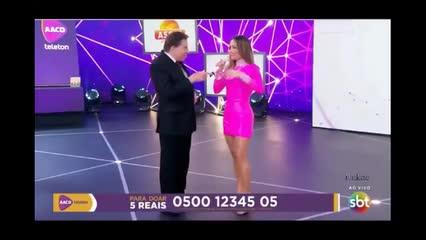 Silvio Santos assedia Claudia Leitte durante apresentação do Teleton