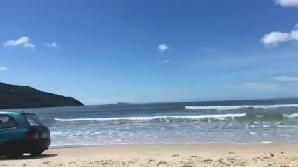 Turista flagra carro em alta velocidade em praia de Florianópolis