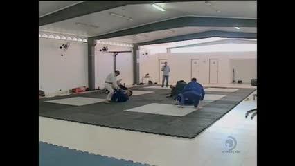 Um lutador do Sertão alagoano está vendendo rifas para participar de um campeonato em Lisboa