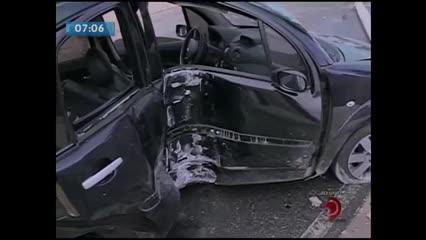 Motorista perdeu o controle do veículo e bateu em um poste no bairro do Jaraguá