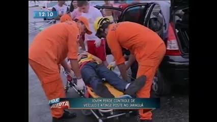 Jovem perdeu controle de veículo e atingiu poste no Jaraguá