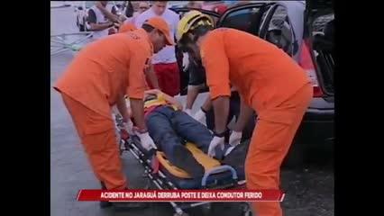 Acidente no Jaraguá derruba poste e deixa condutor ferido