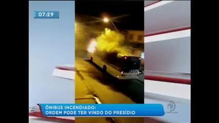 Após suposta ordem de dentro do presídio, bandidos atearam fogo em um ônibus