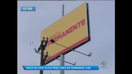 Placa de publicidade provocou curto-circuito e ficou preste a cair na Avenida Fernandes Lima