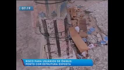 Concreto cai e ferros ficam expostos em ponto de ônibus no Jacintinho