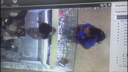 Homem se passa por cliente e furta celular de funcionária de loja em Maceió