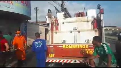 Incêndio em árvore de natal destrói supermercado em Arapiraca