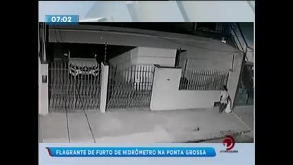 Homem foi flagrado furtando hidrômetro na Ponta Grossa