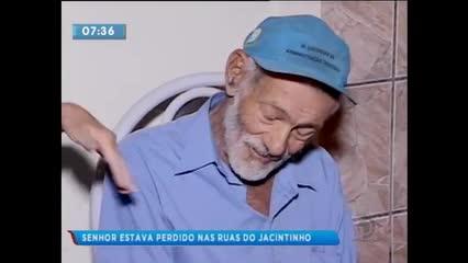 Idoso está perdido pelas ruas do bairro do Jacintinho