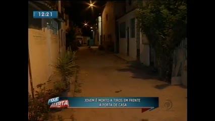 Jovem de 27 anos foi assassinado a tiros na porta de casa