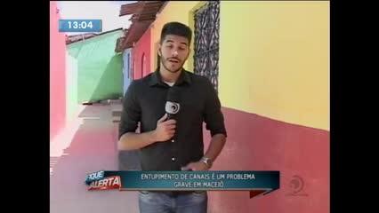 Canais de esgotos entupidos prejudicam a vida de famílias em Maceió