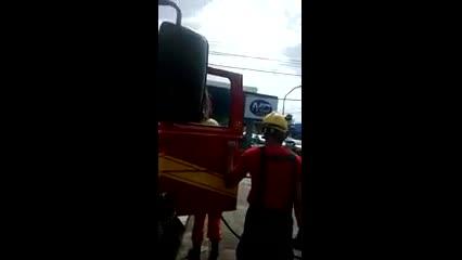 Bombeiros são acionados para conter fogo em fiação de poste no Poço