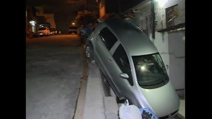 Motorista faz manobra errada e carro cai em terraço de residência