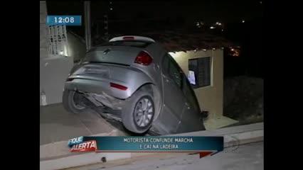 Motorista fez manobra errada e carro caiu em terraço de residência