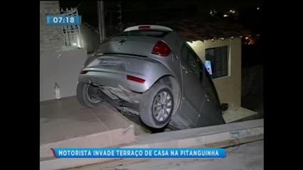 Após fazer manobra errada, motorista invadiu o terraço de uma casa