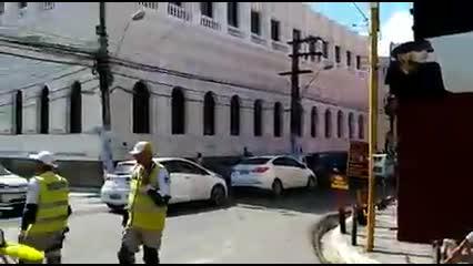 Caminhão quebra e bloqueia trânsito na Ladeira da Cadetral; veja