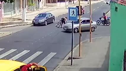 Manobra de ciclista causa acidente com morte no Feitosa