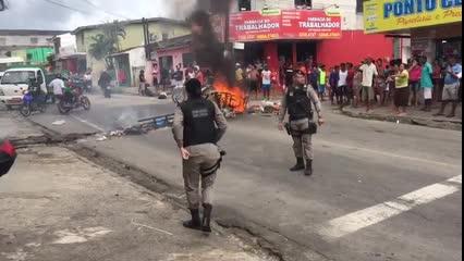 Sem energia há mais de 24 horas, moradores fecham rua em Chã de Bebedouro