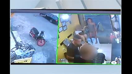 Casal invade barbearia e assalta clientes e funcionários no Santo Eduardo
