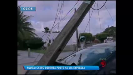 Carro colide com poste na Avenida Menino Marcelo