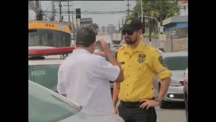 Motorista passou mal e bateu em poste na Av. Gustavo Paiva