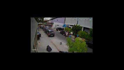 Carro cai de estacionamento no bairro do Pina, em Recife