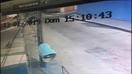 Homem invade casa e leva filhote de cão nos braços em Maceió
